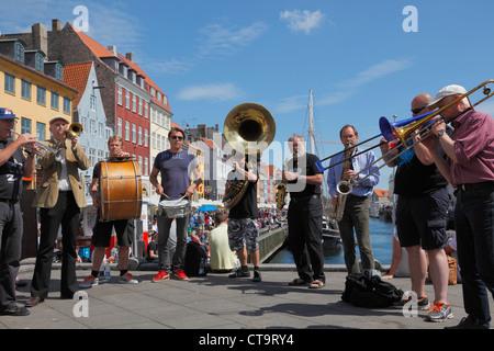 Die Orion-Brassband in Nyhavn an einem sonnigen Sommertag voll mit jazz-Fans und Touristen ein Bier oder einen Kanal - Stockfoto