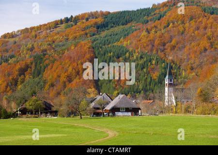 Bauernhaus und Kirche im Dorf Geschwend, Todtnau-Geschwend, südlichen Teil des Schwarzwald, Schwarzwald, Baden-Wuerttem