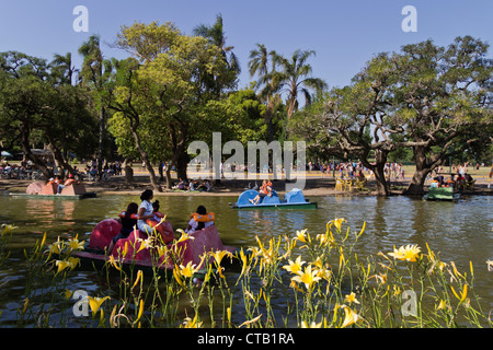 Parque Tres de Febrero, Tretboote am Kanal, Bosque de Palermo, Buenos Aires, Argentinien - Stockfoto