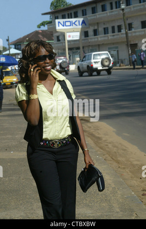 MEHRERE BILD VERWENDEN<br>Monrovia Liberia - 21. September 2008 L-R Famatta Sanoe hören Telefonanruf auf Straße - Stockfoto