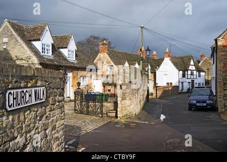Kirche gehen Zeichen und schmale Straße im alten Teil der Stadt Melksham Wiltshire England UK EU - Stockfoto