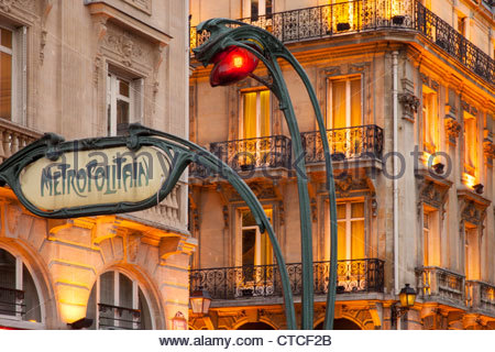 Abend an der Metro stop Saint Michel im Quartier Latin, Paris Frankreich - Stockfoto
