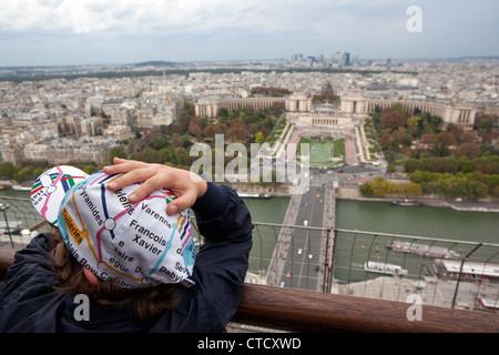 Ein Junge trägt eine u-Bahn Kappe und eine Ansicht der ersten Etage in Richtung Trocadero. Eiffelturm in Paris, - Stockfoto