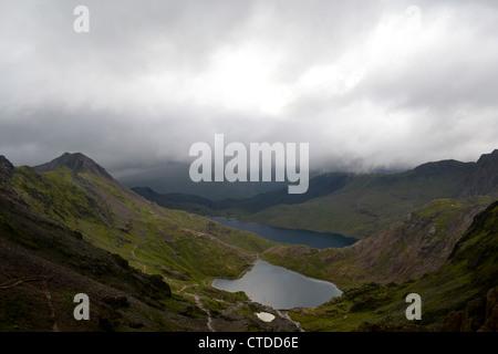 Blick auf Glaslyn und Llyn Sheetrim von Mount Snowdon in Snowdonia-Nationalpark - Stockfoto