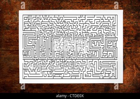 Kanal-Labyrinth-Spiel auf Holz Hintergrund - Stockfoto