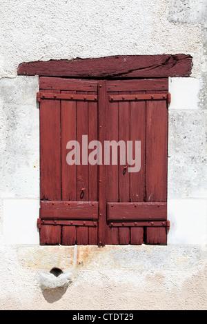 Fenster mit geschlossenen rot lackierten hölzernen Fensterläden Château de Montpoupon Frankreich - Stockfoto