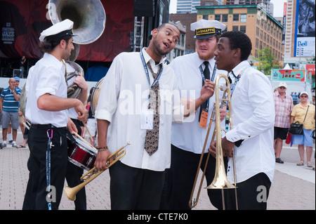 New Orleans Lagniappe Brass Band geben eine Outdoor-Show in der Esplanade De La Place des Arts in Montreal Jazz - Stockfoto