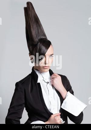 Künstlerische Porträt einer Frau mit einer kreativen hohen vertikalen Frisur - Stockfoto