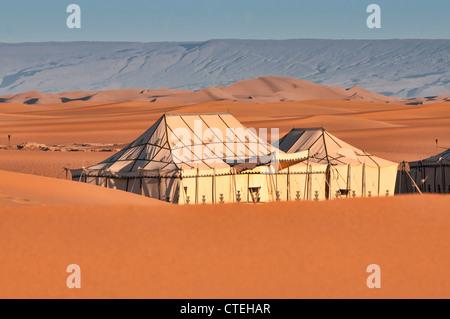 Zelte in einem Luxus-Wüstencamp in der Sahara zu Erg Chigaga, Marokko - Stockfoto