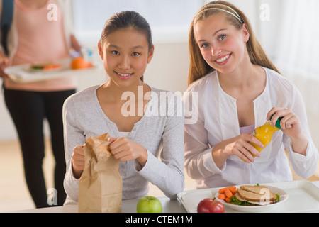USA, New Jersey, Jersey City, Studentinnen (14-19), die Mittagessen - Stockfoto