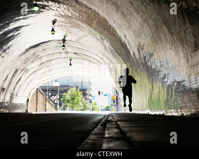 USA, California, Los Angeles, Mann läuft im tunnel - Stockfoto