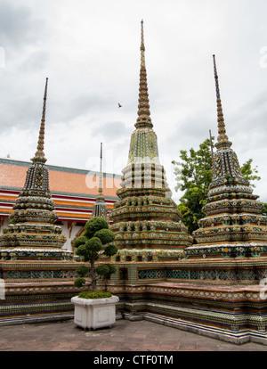 Details der Dächer und Türme in Wat Po Tempel in Bangkok Thailand - Stockfoto