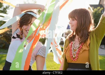 USA, Utah, Salt Lake City, zwei glückliche Freundinnen spielen im heimischen Garten - Stockfoto
