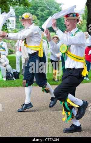 Kapelle-En-le-Frith Morris Männer in Buxton Sommerfest, Tag der Tanz, Pavilion Gardens, Buxton, Derbyshire, England, - Stockfoto