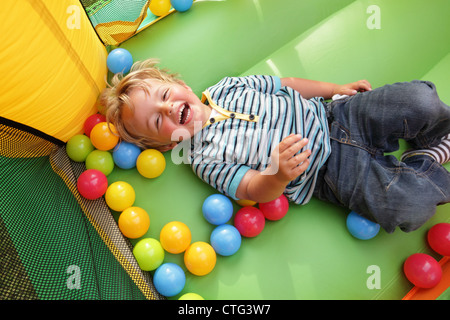 Kind auf aufblasbare Hüpfburg - Stockfoto