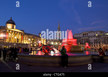 Trafalgar Square in der Abenddämmerung mit St. Martin in die Felder und die National Gallery, London, England, Vereinigtes - Stockfoto