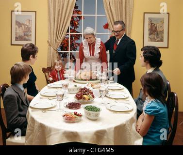1970ER JAHREN DREI-GENERATIONEN-FAMILIE MIT THANKSGIVING-DINNER - Stockfoto