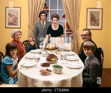 1970ER JAHREN 3 GENERATION FAMILIE TÜRKEI ABENDESSEN - Stockfoto