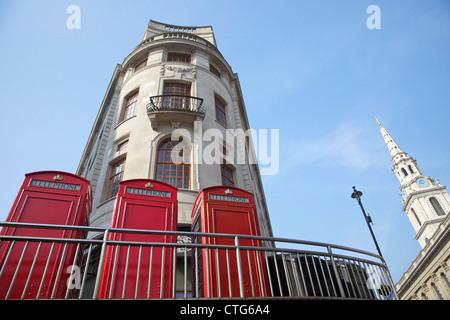 Alte rote Telefonzellen in der Nähe von Trafalgar Square mit St. Martin in die Felder, London, England, UK, Vereinigtes - Stockfoto
