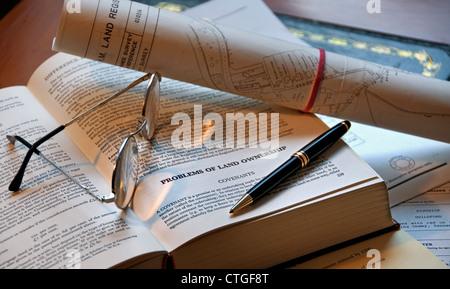 LAND GESETZE HOME KAUF juristische Recherchen GEBÜHREN RECHTE Englisch Property Law Buch, Stift, Brille und Grundbuch - Stockfoto