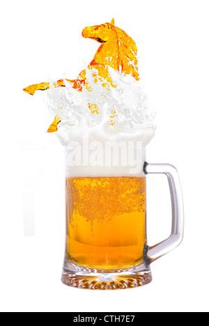 Kaltes Bierglas isoliert auf weißem Hintergrund - Stockfoto