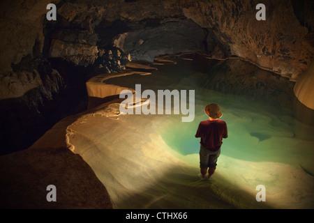 Eine philippinische Reiseführer hält eine Laterne innen Sumaging Höhle oder große Höhle; Sagada, Luzon, Philippinen - Stockfoto