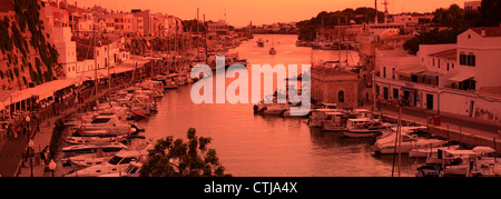 Blick auf den Sonnenuntergang über den Hafen von Ciutadella, Ciutadella Stadt, Insel Menorca, Balearen, Spanien, - Stockfoto