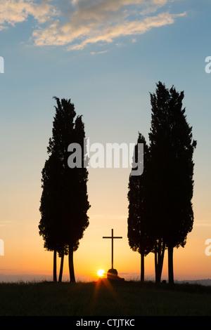 Zypressen und einsamen Kreuz auf einem Hügel in der Toskana in der Nähe von Pienza Italien - Stockfoto