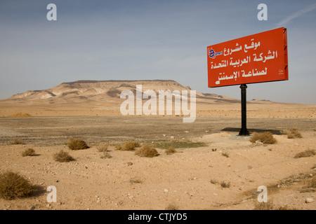 rote arabische Verkehrszeichen in der Wüste, in Syrien. - Stockfoto