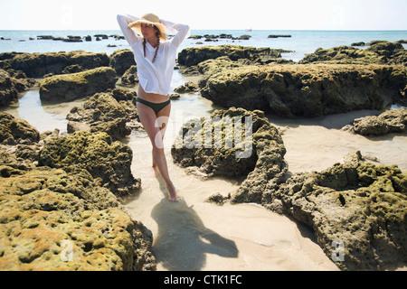 Frau Tourist genießt die Sonne am Strand einer tropischen Insel; Koh Lanta, Thailand - Stockfoto