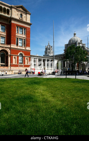 Blick entlang der Exhibition Road, Victoria and Albert Museum, South Kensington, London, UK - Stockfoto
