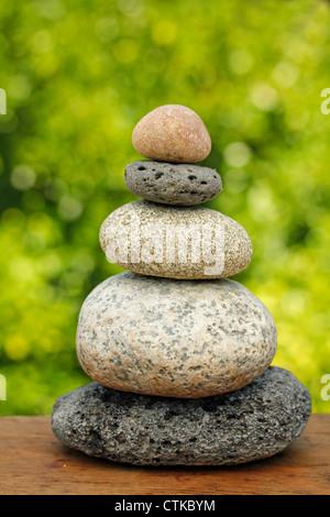 Ausgewogene Steinen als Stapel. - Stockfoto