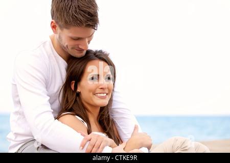 Porträt von eine attraktives Paar hängen durch das Meer vor einem hellen Hintergrund