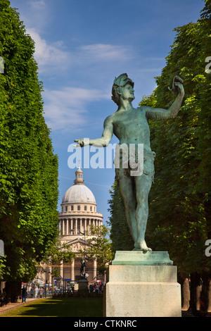 Bronze-Statue l'acteur Grec (der griechischen Schauspieler) von Arthur Bourgeois im Jardin du Luxembourg mit dem - Stockfoto
