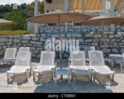 Leer-liegen und Sonnenschirme am griechischen Strand - Stockfoto