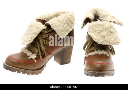 ... isoliert auf weißem Hintergrund Winterstiefel · Damen Stiefeletten Leder  mit einem pelzigen Cuff - Studio gedreht mit weißem Hintergrund - Stockfoto 08be884c9f