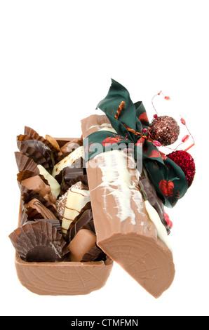 Belgische Schokolade Yule Log - Studio gedreht mit weißem Hintergrund - Stockfoto