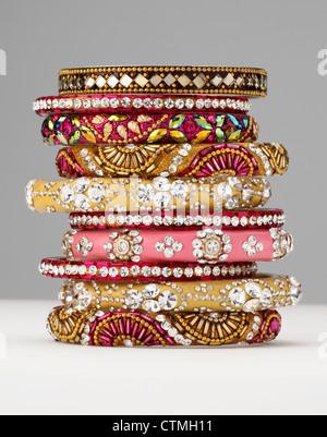 Modeschmuck. Ein Stapel von bunten Armbänder. - Stockfoto