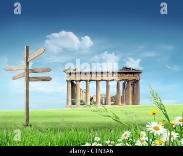 Hellenische Kultur: Wahrzeichen mit blauen Himmel und Wolken im Hintergrund
