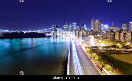 Skyline von Downtown Manhattan in New York City bei Nacht. - Stockfoto