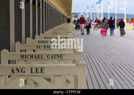 Promenade des Planches an Deauville, Normandie, Frankreich, mit Strandhütten, Filmstars und Filmemacher gewidmet - Stockfoto