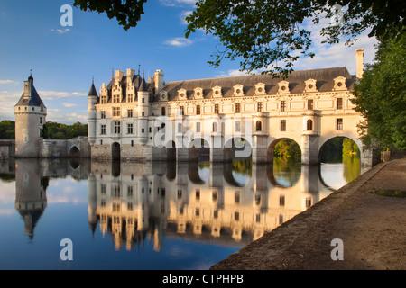 Abendsonne auf Chateau de Chenonceau und Fluss Cher, Indre-et-Loire, Frankreich - Stockfoto