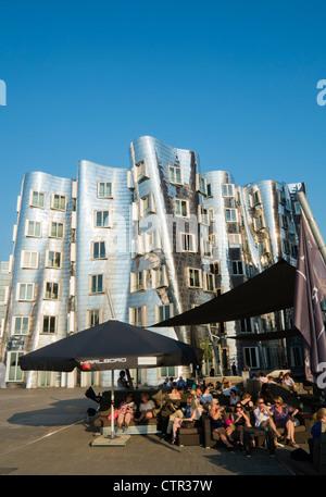 Belebten Bars abends am Neuer Zollhof Bauten von Frank Gehry im Medianhafen in Düsseldorf - Stockfoto