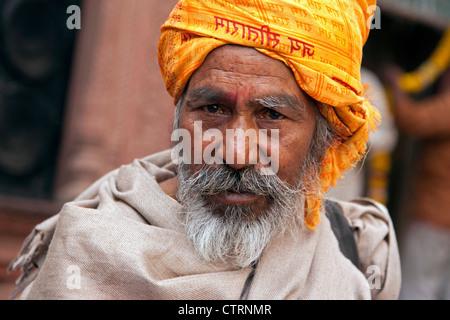 Porträt der indischen Anhänger der Hare-Krishna-Bewegung tragen orange Turban in Vrindavan, Uttar Pradesh, Indien - Stockfoto