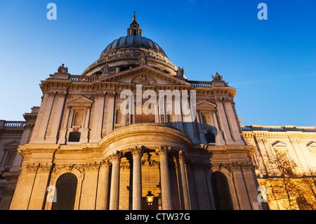 Detail der St. Pauls Kathedrale beleuchtet wie der Abend legt in Dunkelheit. - Stockfoto