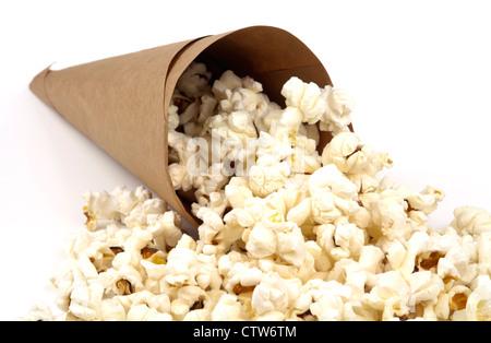 Weiße flauschige lecker Popcorn aus einer braunen Papier-Membran isoliert auf weißem Hintergrund mit textfreiraum - Stockfoto