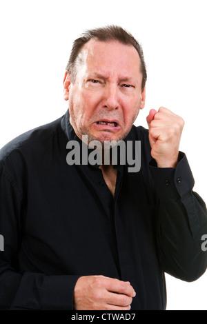 Kämpferischer älterer Mann Kupplungen seine Faust mit einem gequälten Gesichtsausdruck. - Stockfoto
