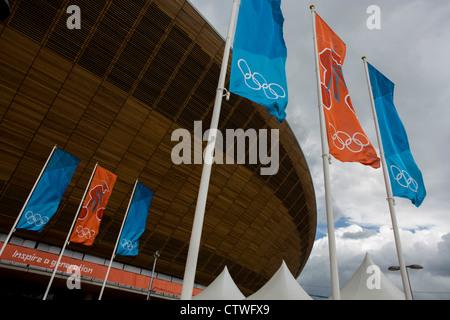 Von außen die des £105m Sibirische Kiefer Velodrom geschwungenen Dach während der Olympischen Spiele 2012 in London. - Stockfoto