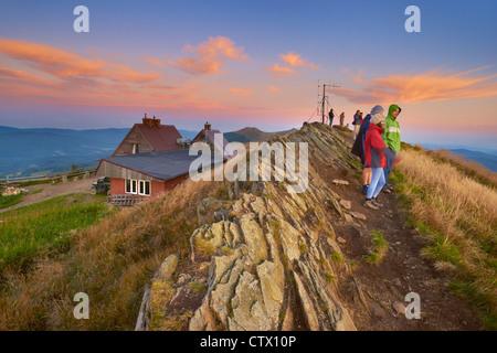 """Bieszczady-Nationalpark, Tierheim """"Puchatek"""", Polen, Touristen warten auf einen Sonnenaufgang, Europa - Stockfoto"""