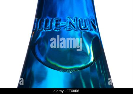Nahaufnahme der Glas-Relief-Label am Hals der Weinflasche Deutsch blaue Nonne Rivaner Riesling weiß - Stockfoto